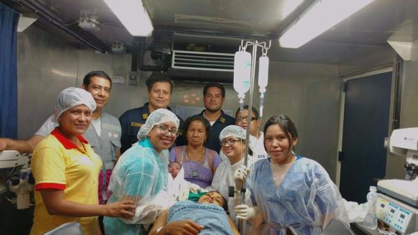 La mujer fue auxiliada por los médicos del buque.