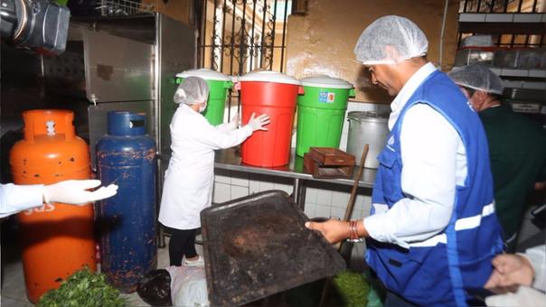Agentes de fiscalización encontraron serias deficiencias e insalubridad en la cocina del bar Cordano.