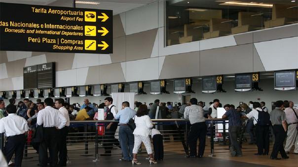 Si la cancelación o el retraso se debe a mal tiempo, la empresa solo debe informar a los pasajeros el motivo y la hora en que se reanudarán los vuelos.