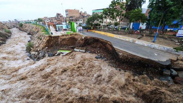 Puentes y carreteras fueron destruidas por este fenómeno climático.