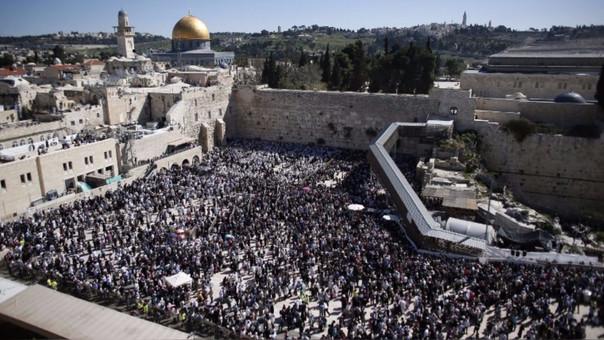 Judío rezando junto al Muro de las Lamentaciones, en Jerusalén.