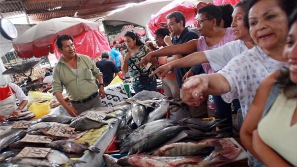 Cientos de personas acuden a Terminal Pesquero de Villa María del Triunfo esta mañana.