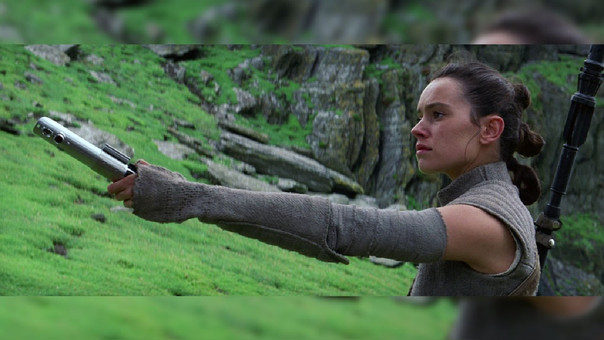 Rey, interpretada por Daisy Ridley, en la escena final de The Force Awakens