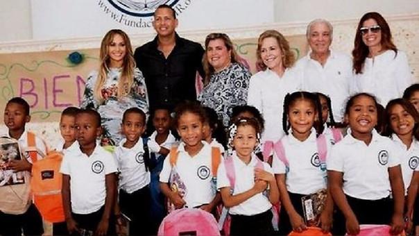 La pareja llevó unas 400 mochilas con útiles escolares para lo niños que cobija la fundación.
