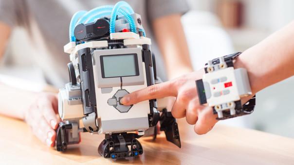 La proliferación de aparatos más avanzados, como impresoras 3D y robots, revolucionarán la educación al permitir nuevas maneras de aprendizaje.