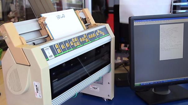 Los recibos de servicio eléctrico en Braile se imprimen en esta máquina.