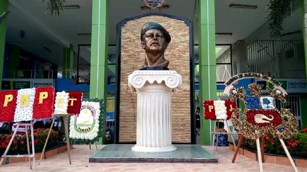 Monumento de Juan Valer está frente a la plaza mayor de Tumbes.