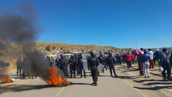 Manifestantes se enfrentaron a la policía a la altura  del centro poblado de Salcedo.