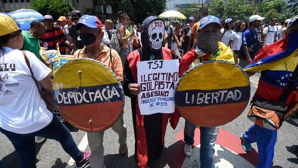 A casi un mes del autogolpe de Maduro, el pueblo venezolano sigue manifestándose contra el Gobierno.