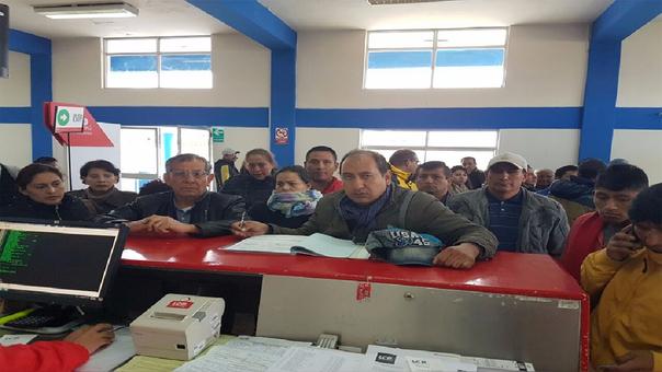 Pasajeros varados en el aeropuerto de Andahuaylas, entre ellos el legislador del Frente Amplio.