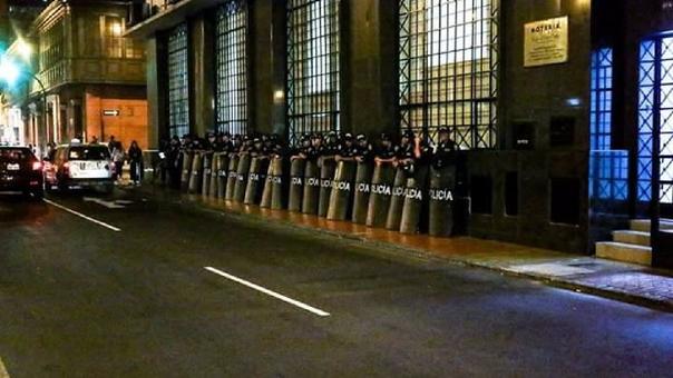 Un cordón policial se apostó en las afueras del local del partido político Patria Roja.