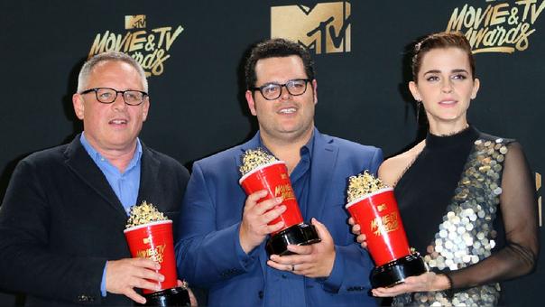 Bill Condon (director), JOsh Gad (LeFou) y Emma Watson (Bella), de la cinta La Bella y las Bestia posando con su premio