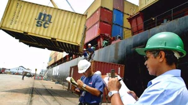 El Ministerio de Economía elevó a 3 mil 706 millones de dólares su meta de superávit comercial para este año, mostrando que espera que las exportaciones del Perú superen largamente a las importaciones.