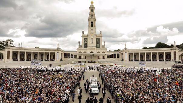 El Papa dejó la ceremonia ante el saludo del público que acudió.