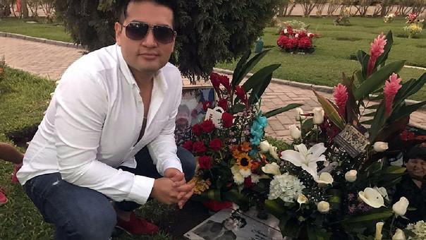 Deyvis Orosco en la tumba de su padre