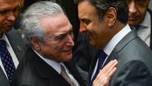 Michel Temer junto a Aecio Neves, uno de sus principales aliados cuyo mandato en el Senado fue suspendido este jueves por la Justicia.