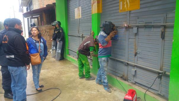 La comisión multisectorial a parte de soldar las puertas, también colocó grandes bloques de cemento para evitar el funcioanmiento del local nocturno