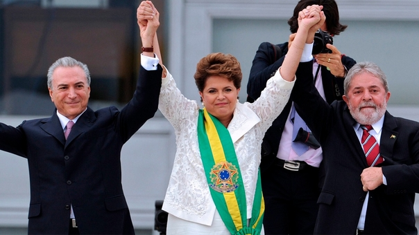 Michel Temer (entonces vicepresidente), Dilma Rousseff (entonces presidente) y Lula da Silva, en el día de la asunción como mandataria de la segunda. Hoy los tres están implicados en sobornos.
