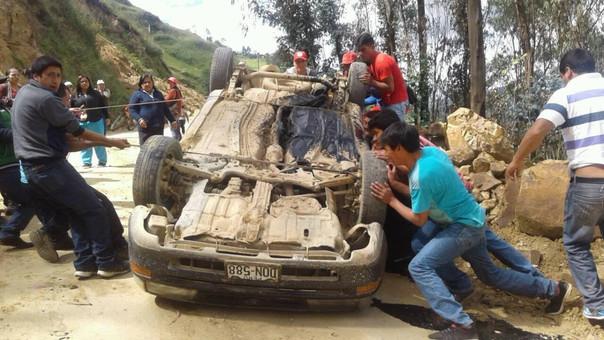 La unidad accidentada terminó llantas arriba y los transeúntes se encargaron de ayudar a los heridos