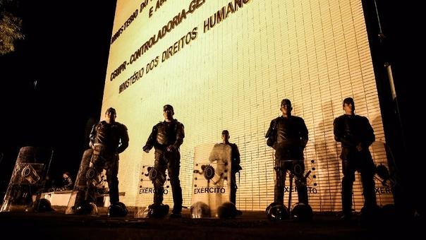 Militares resguardaron el Ministerio de Agricultura, que fue incendiado durante las protestas del miércoles.