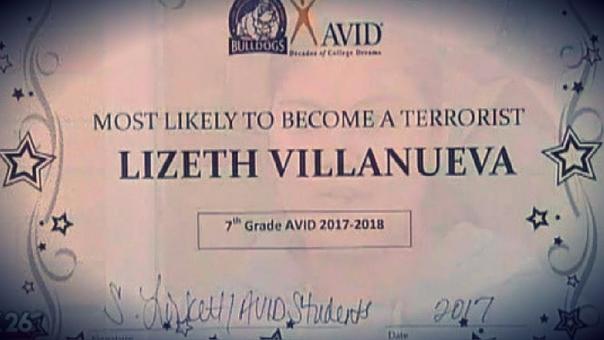 Estudiante recibe diploma como