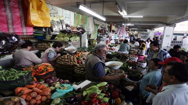 Los productos cuyos precios subieron más son: ají escabeche, cebolla china, uva blanca, bonito, ajo entero, fresa, manzana israel, perico.