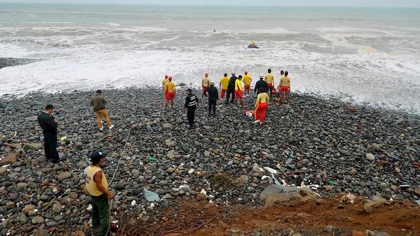 La playa no es apta para bañistas debido a la fuerza de sus olas y a la presencia de rocas.
