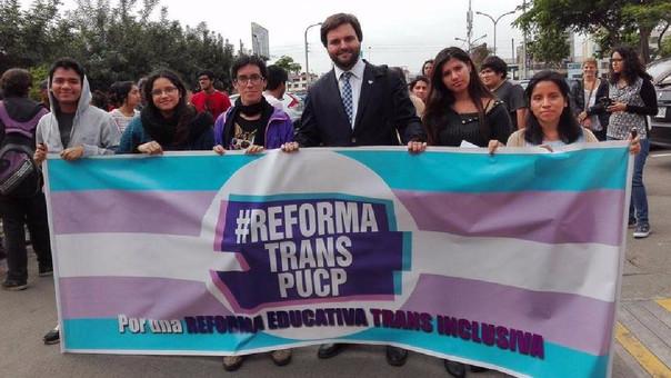 El congresista Alberto de Belaunde acompañó a los alumnos que realizaron un plantón este miércoles en el rectorado.