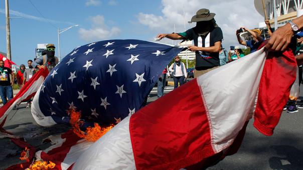 Manifestantes independentistas quemaron banderas estadounidenses en señal de protesta contra la estadidad de Puerto Rico.