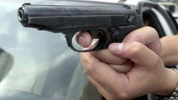 Los facinerosos golpearon con la cacha del revólver a sus víctimas.