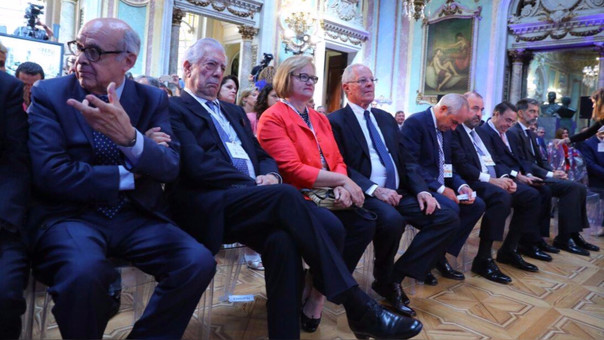PPK, la primera dama Nancy Lange, el premio Nobel de Literatura, Mario Vargas Llosa y el canciller Ricardo Luna.