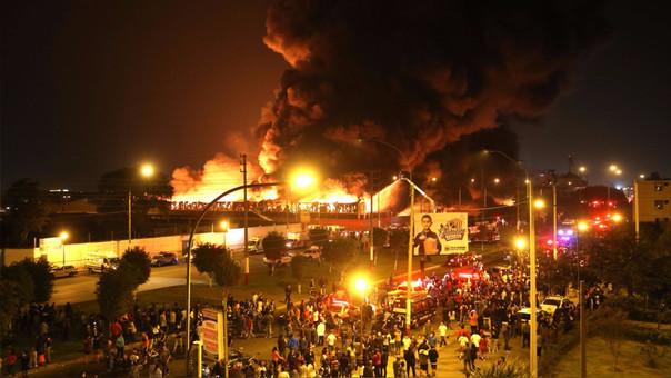 Una imagen panorámica da cuenta sobre la magnitud de este incendio.