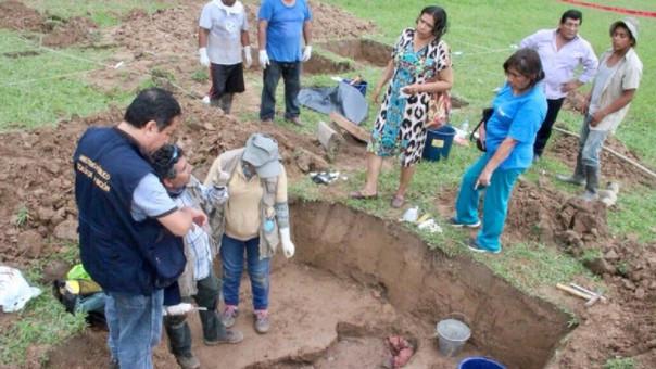 La familia de la víctima y representantes de Fiscalía estuvieron presentes en la exhumación.