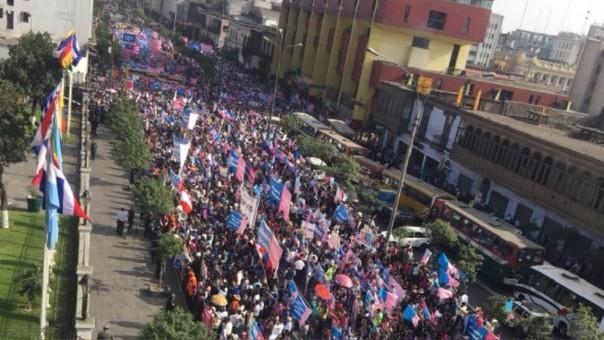 La multitudinaria marcha en el frontis del Congreso de la República.