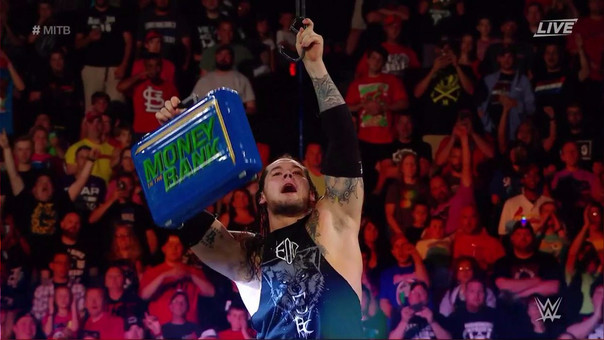 Baron Corbin baja el maletín de Money in the Bank 2017.