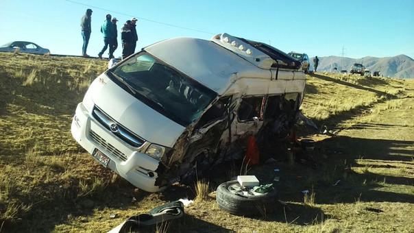 Puno: cinco personas fallecidas tras choque entre combi y camión