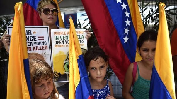 Miembros de la comunidad venezolana  protestaron por la represión en su país antes de la inauguración de la 47 Asamblea General de la OEA.