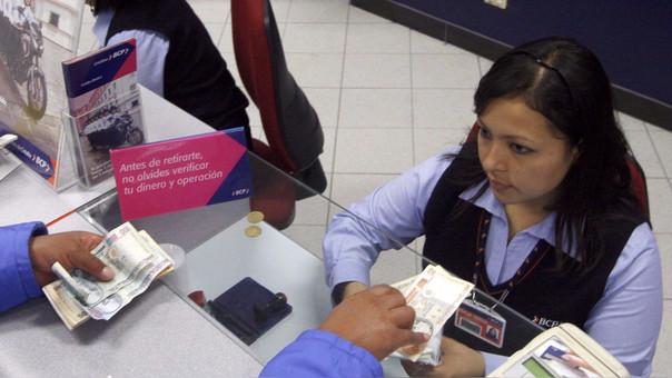Peruanos sostiene que no cuentan con recursos suficientes para abrir cuenta.