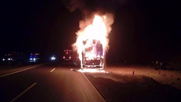 Ómnibus con turistas chilenos se incendia en la Panamericana Norte