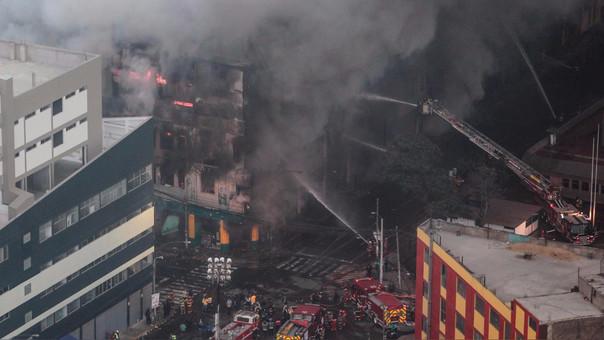 Más de 80 unidades de bomberos combatieron contra el fuego que consumía la galería Nicolini.