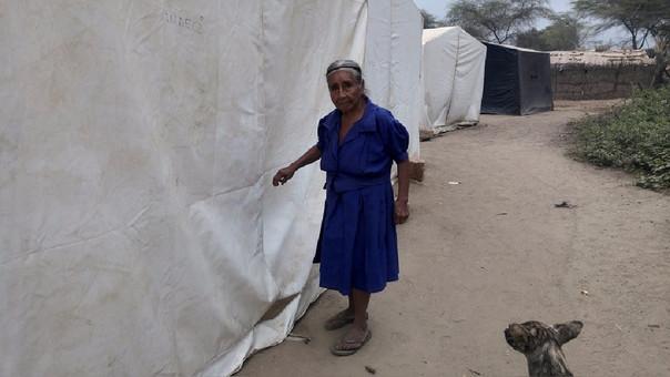 Ancianos y menores continúan viviendo en precarias condiciones en carpas.