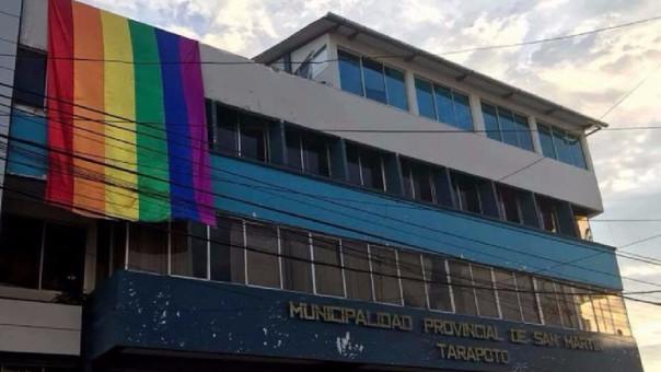 La imagen de la bandera en el frontis del municipio.
