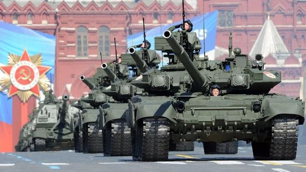 Tanques rusos en un desfile en Moscú. Según los analistas, el Kremlin ha invertido miles de millones en renovar los viejos equipos soviéticos de su Ejército.
