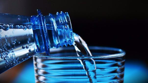 Por qué es peligroso rellenar las botellas de plástico con agua