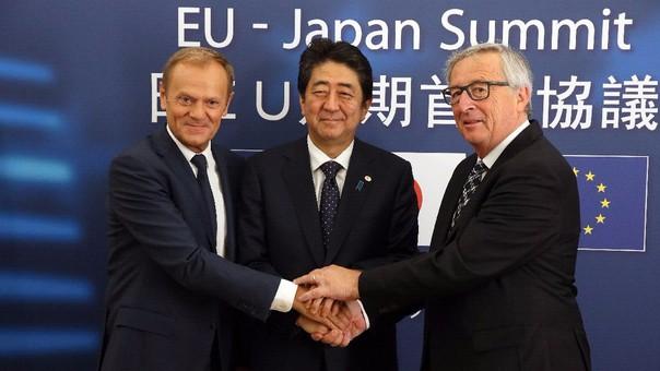 El presidente del Consejo Europeo, Donald Trus; el primer ministro de Japón, Shinzo Abre, y el el(L), Japanese Prime Minister Shinzo Abe (C) y el presidente de la Comisión Europea, Jean-Claude Juncker, tras su reunión.