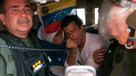 Leopoldo López el día en que se entregó tras la orden de captura en su contra.