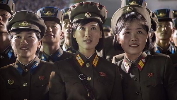 Mujeres del Ejército de Corea del Norte viven con fervor las celebraciones por el lanzamiento de un misil intercontinental.