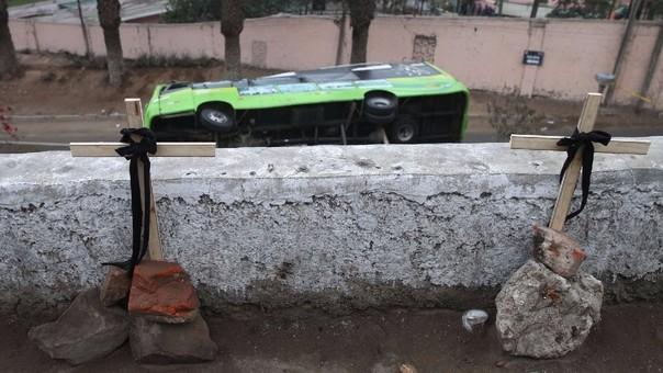 Un bus de la empresa Greenbus se volcó cuando bajaba del Cerro San Cristóbal.