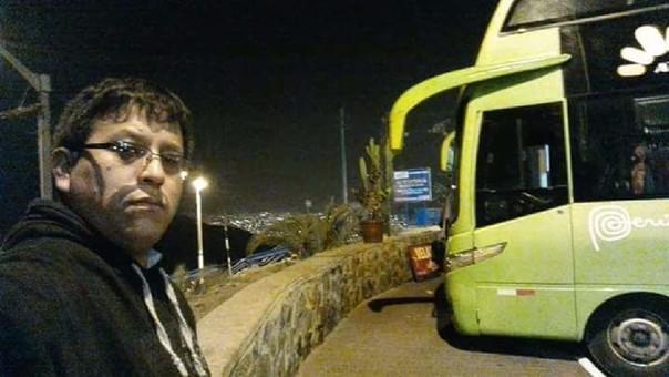 Goytzon Bravo Tocas junto al bus que conducía.