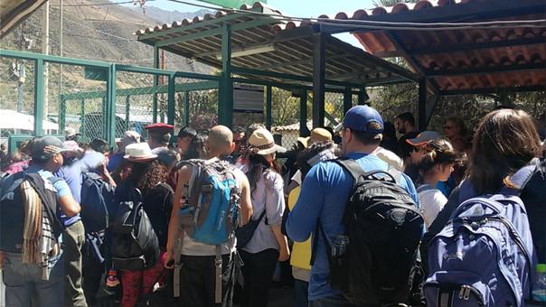 Turistas afectados por suspensión de salidas de trenes.